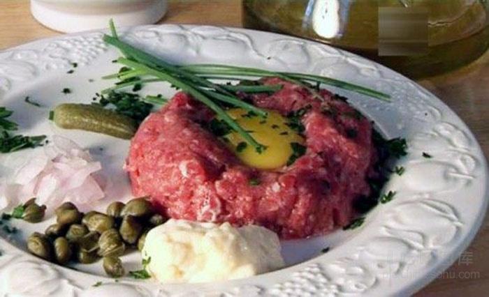 鞑靼牛肉(Steak tartare),又称他他牛肉、野人牛肉,是新鲜的牛肉、马肉用刀剁碎而成的一道菜式。传统吃法通常加上盐、鲜磨的胡椒粉、塔巴斯科辣椒酱(Tabasco)、喼汁(Sauce Worcestershire);意大利式吃法又加上洋葱末、续随子(Câpre)、酸黄瓜(cornichons)、西洋香菜末(persil)、大蒜末、橄榄油,最后打上一颗鲜生蛋黄。