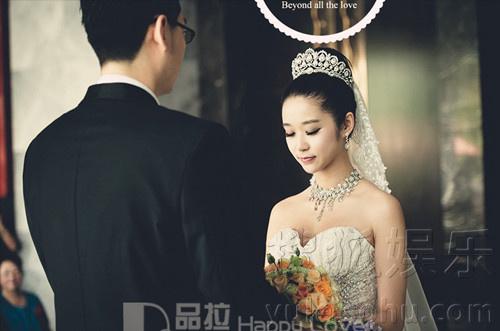 杨旸婚纱照曝光 新娘造型显复古典雅气质