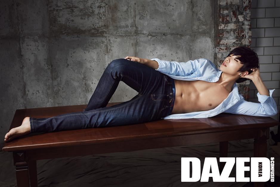 MBLAQ成员李准拍牛仔裤写真 性感魅力炸裂