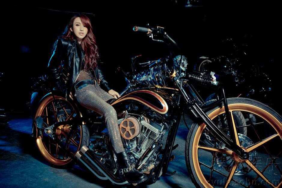 高清:张俪拍摄摩托写真