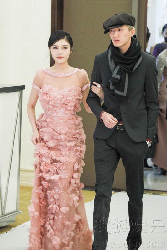 徐冬冬受邀时尚活动 携手杜诗博被赞颜值最高