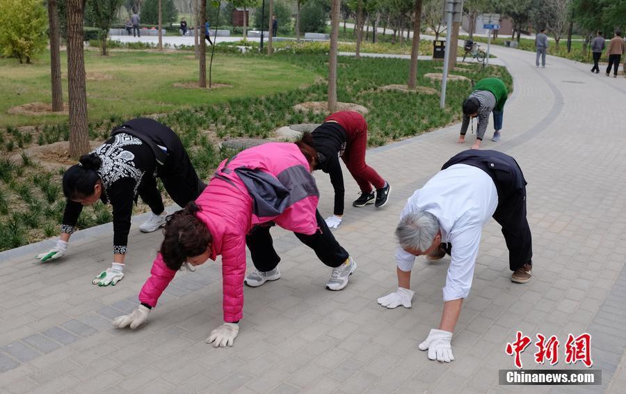 组图:郑州市民公园内爬行锻炼身体 医生称有效