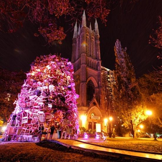 """多伦多""""花园灯塔"""" 上千把椅子堆砌而成"""
