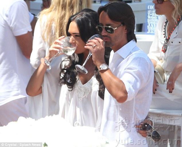 f1老板千金塔玛拉沙滩办婚礼 鼓奶与未婚夫激吻