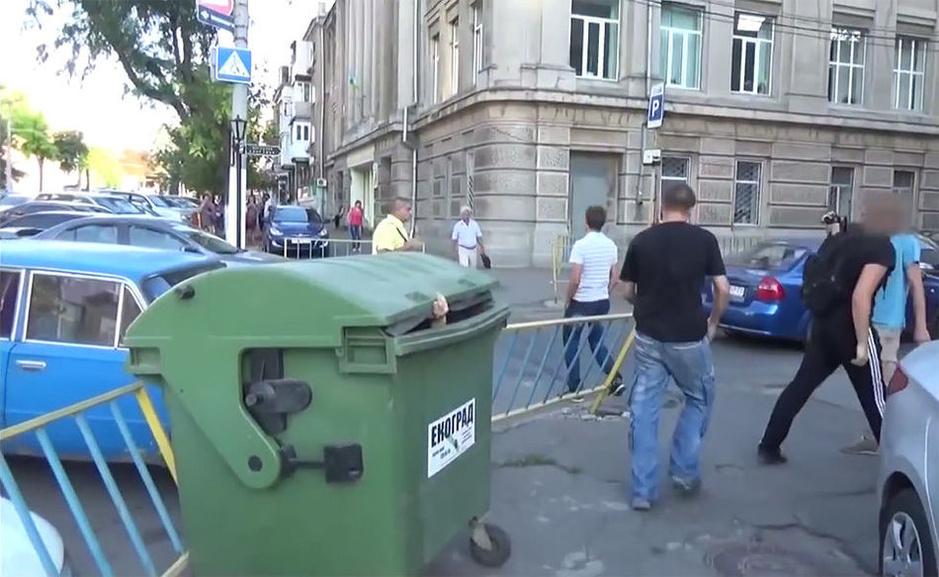 乌克兰涉贪官员被扔进垃圾桶