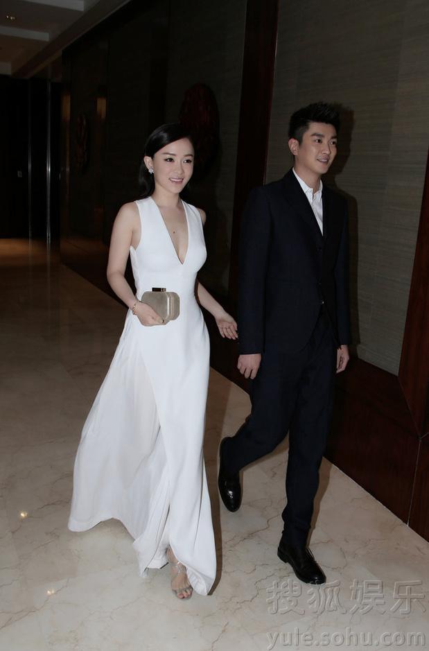 霍思燕女神装出席晚宴 与杜江恩爱牵手幸福养眼