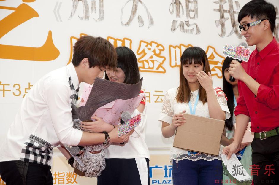 武艺《别太想我哦》广州签售 与粉丝共度端午图片