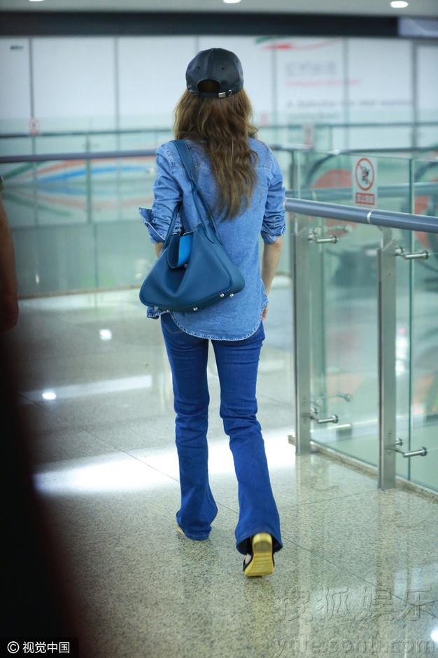吃个东西也卖萌!蔡依林机场觅食变天然呆