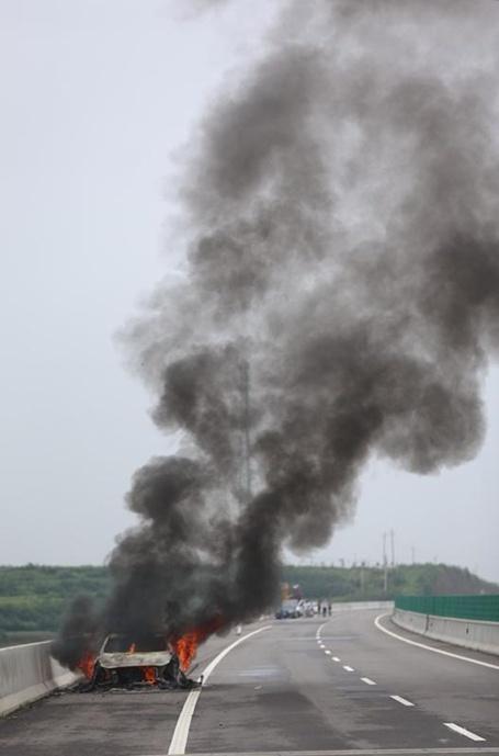 宝马车高速公路上自燃 无奈车主一旁拍照7840293-汽车