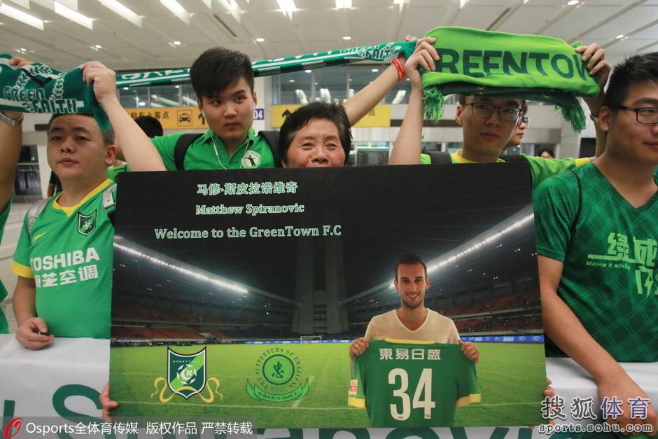 高清:绿城新援抵杭州受热捧 手捧鲜花合影球迷