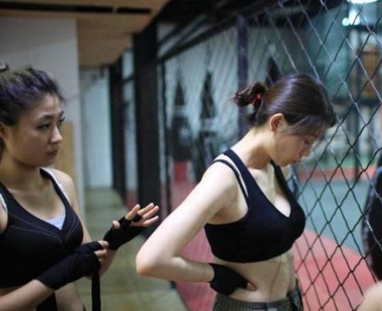 参与了每年的固定项目,在这些训练营中,许多性感美女格斗到a项目的起来美女弄成为绑把图片