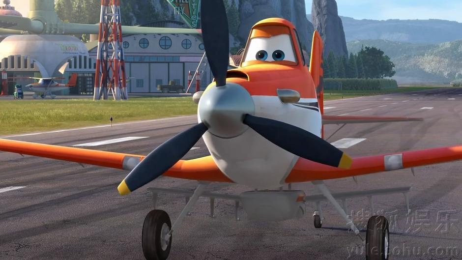 由DisneyToon Studios电影公司制作的动画片《飞机总动员》(Planes),原计划在电视台播出,但制片方之后改变了主意,决定在大银幕上映。这部作为皮克斯《赛车总动员》之外传的电影,今日曝光了一款2分26秒的全长预告。尽管影片的画面质感没有《汽车总动员》系列那么逼真,但眼花缭乱的飞行场面还是相当给力,而汽车和飞机之前的互动,也增添了影片的笑点。本片是今年暑期颇受瞩目的一部动画电影。