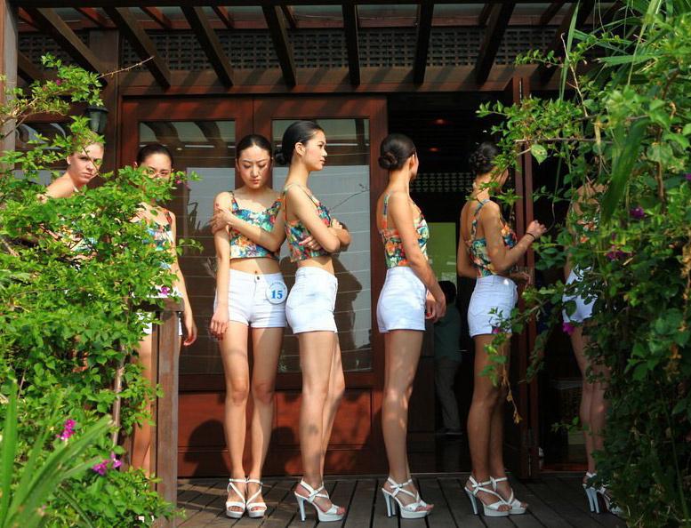 中国模特大赛总决赛的50名佳丽,在海南三亚的大小洞天景区集体亮相.