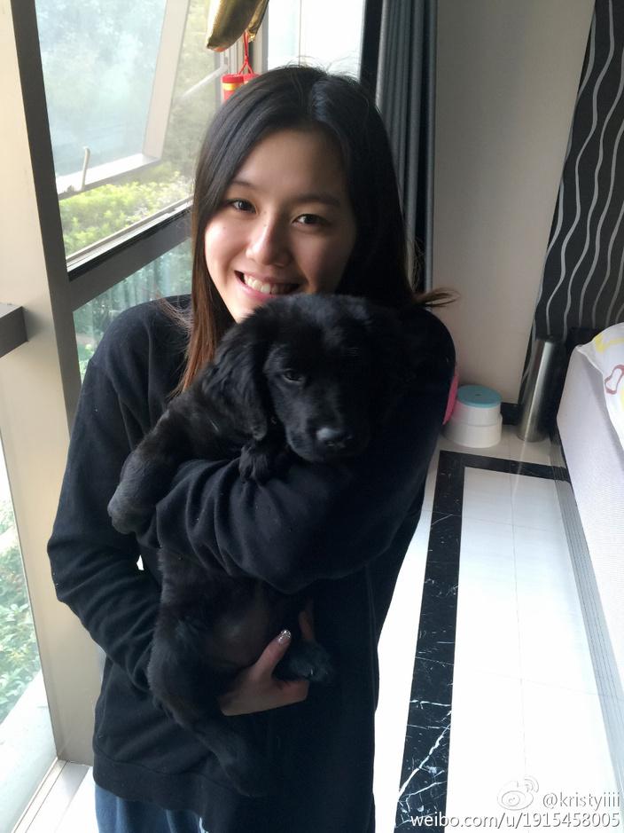 刘湘年仅18岁,素颜清纯,笑容甜美,某些角度看神似郑爽,堪称中国游泳队