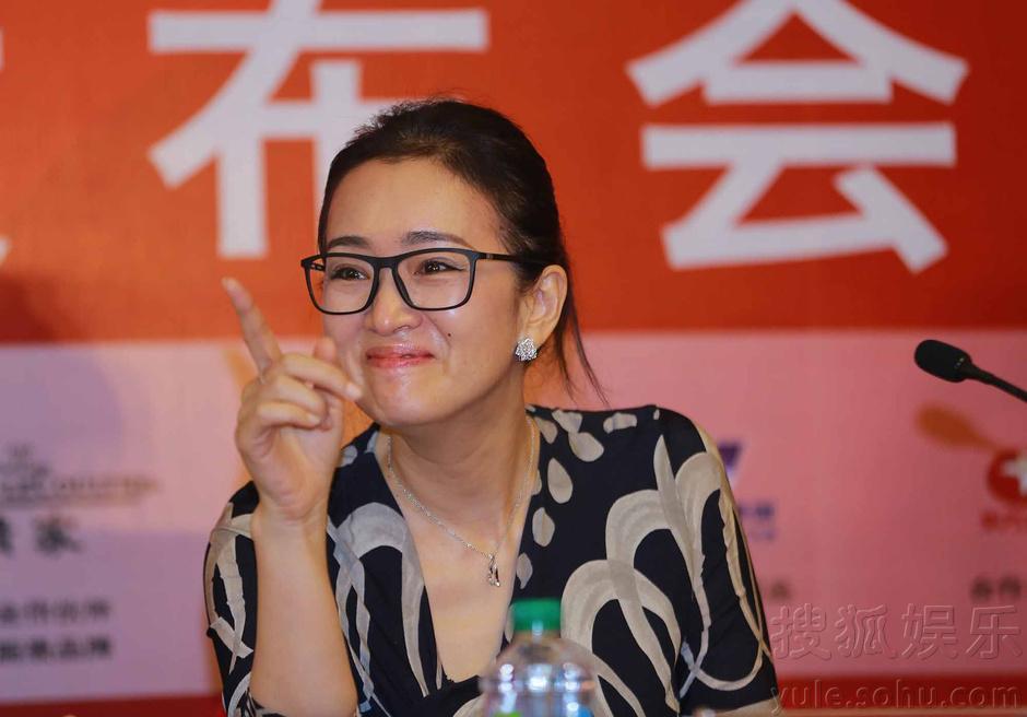 巩俐素颜戴眼镜显清新答记者问:保证公平竞争(图)