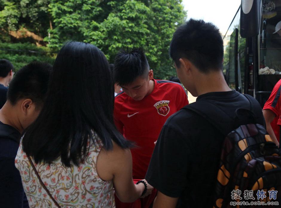 高清图:上港训练备战 孔卡客串守门员有模有样
