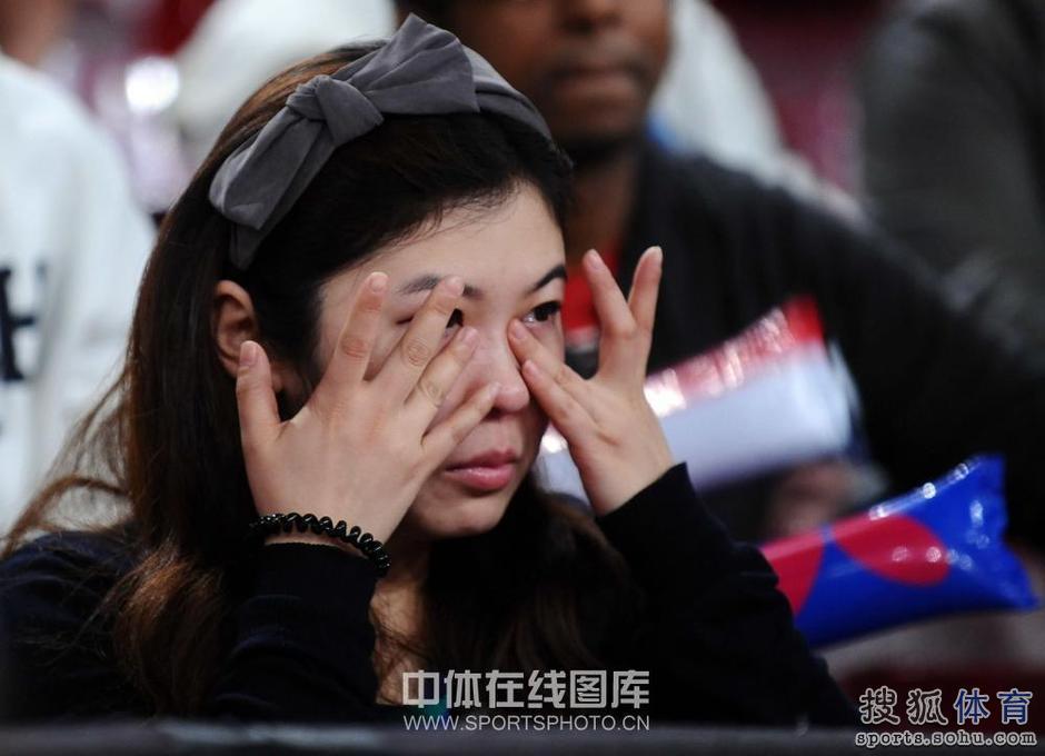 高清-王励勤/饶静文止步半决赛 女球迷伤心落泪图片