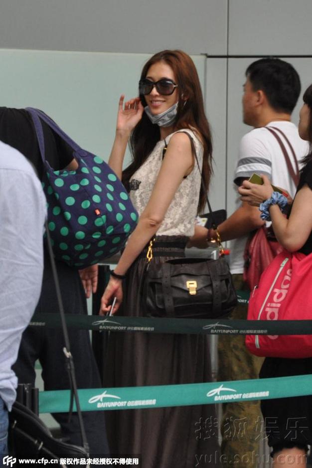 林志玲摘口罩露脸对粉丝告别 微笑比V亲和力足