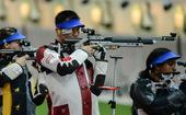 北京时间7月26日,中国射击队队员在皇家炮团射击场训练,备战将于7月28日开始的伦敦奥运会射击比赛。