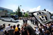 当地时间6月4日,尤文图斯球迷来到都灵卡塞莱机场,迎接球队从卡迪夫返航。尽管尤文1-4输掉了欧冠决赛...