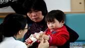 12月22日,医生在对伊伊进行康复训练。温州动车事故的最后一名获救者小伊伊目前已结束在上海新华医院的...