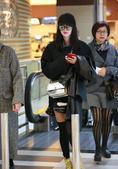 近日,到珠海参加活动的杨幂抵达金湾机场,黑超遮面的她潮装上身,大腿处淤青明显,一路低头看着抢眼的大红...