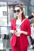 搜狐娱乐讯 江疏影现身机场,她身穿一身红色套装靓丽惹眼,掏相机与粉丝互拍,大方对镜头比V心情大好,耍...
