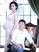 搜狐娱乐讯  近日,刚刚公布生子消息的王雅捷再度曝光一组孕期写真。照片中怀孕数月的王雅捷腹部高高隆起...