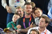 当地时间2012年8月8日,女子沙排决赛,贝克汉姆带着儿子罗密欧和克鲁兹现场观战。不过两位公子似乎对...