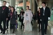 搜狐娱乐讯 2014年12月27日,北京,近日,李冰冰出席某活动现身后台,在一众助理保镖的守护下,李...