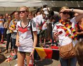 北京时间7月15日,巴西世界杯冠军得主德国队乘坐飞机返回祖国,球员们坐上大巴前往庆典现场,万千球迷已...
