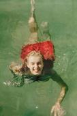 搜狐娱乐讯 近日,玛丽莲-梦露的一组海边旧照引发网友热议,梦露身穿红白条纹泳衣在海边拍照,露出甜美笑...