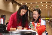 2017年3月10日,中国女足结束征程抵达北京,队员心情大好耐心为球迷签名合影。