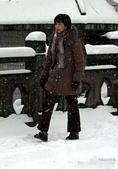 搜狐娱乐讯 冯小刚新电影《我叫李雪莲》正在安徽黄山热拍,近日黄山降雪,范冰冰扮演村妇傲立雪中,她背着...