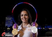 2012年8月11日,2012年伦敦奥运会,彭德尔顿豪夺一金一银,英国场地自行车名将伦敦眼前展示奖牌...