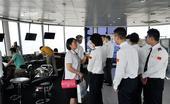 23日,记者随来青访问交流的国际青少年航空学员到达青岛流亭机场,一起参观了机场塔台、进近管制...