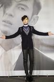 """搜狐娱乐讯 """"偏执男神""""陈势安加盟华纳音乐首张专辑《亲爱的偏执狂》于今天(10月14日)正式发行。昨..."""