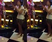 近日,网曝一段女子背着孩子嗨歌视频,两名女子在KTV中嗨唱《小苹果》,其中一位还背着小孩,女子手舞足...