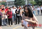 7日上午,在济宁育才中学高考考点,众多高考生轻松上阵,走进考场。由于许多艺考生在这里考试,在进入考场...
