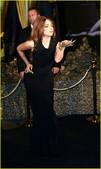 伦敦当地时间10月7日,Lady Gaga身穿黑色紧身裙参加她的香水发布会,手上戴着金灿灿华丽丽配饰...