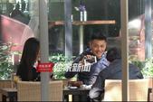 搜狐娱乐讯(洪水工作室图文)近日,搜狐娱乐拍摄到演员邵兵带着妻子张培会友聊天的画面。当天,太阳晴好,...