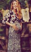 """搜狐娱乐讯  《绯闻女孩》的""""S女王""""怀孕了!日前,布莱克-莱弗利在个人网站上晒出孕肚照,笑容看起来..."""