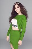 近日,华语乐坛新生代女歌手于瑛楠应某潮流杂志邀请拍摄最新写真大片。身着设计感极强的绿色性感针织套...