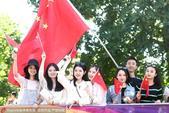 2017年8月14日,2017年伦敦田径世锦赛,场外美女举国旗为中国队加油助威。