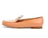 百搭的裸色与跳跃的橘色,舒适的平跟与恰到好处的高跟,优雅的珍珠和菱格纹走线……来自Chloé2012...