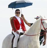 搜狐娱乐讯 近日,凭借《江南style》一夜蹿红的鸟叔,在美国洛杉矶某处海滩边骑假马拍摄某商业广告。...
