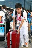 当地时间8月10日,参加2012年伦敦奥运会的部分队员启程回国,其中包括110米栏选手史冬鹏,沙排选...