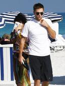 """搜狐娱乐讯 """"暮光男""""罗伯特-帕丁森与歌手女友来到海边度假,当众亲热若无旁人。帕帅新女友更是神似癫后..."""