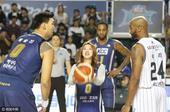 """近日,有""""艺体萝莉""""美名的艺术体操美女孙妍在为韩国职业篮球比赛开球,频频露出微笑。"""