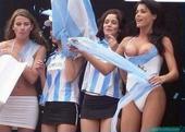 北京时间7月2日凌晨,阿根廷与瑞士交战。不同于场上的紧张形势,场下的阿根廷美女们大方秀胸,为炎热的天...